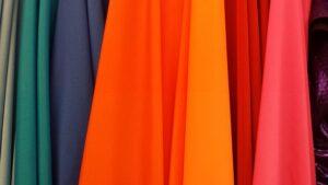 Jakie tkaniny wybrać na firanki? Poradnik wnętrzarski