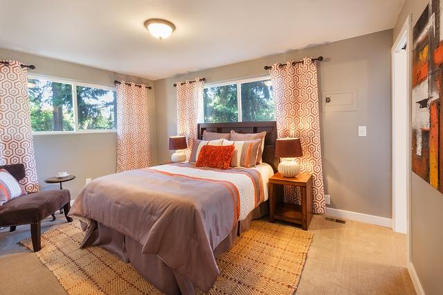 Zasłony do sypialni - wzorzyste czy gładkie? Poradnik wnętrzarski
