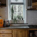 Aranżacje okien w kuchni - jak wybrać firanki?