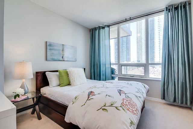 Aranżacja okna w sypialni — jakie zasłony wybrać?
