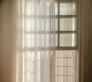 Jakiego rodzaju firanki będą najlepiej prezentować się na wąskim oknie?